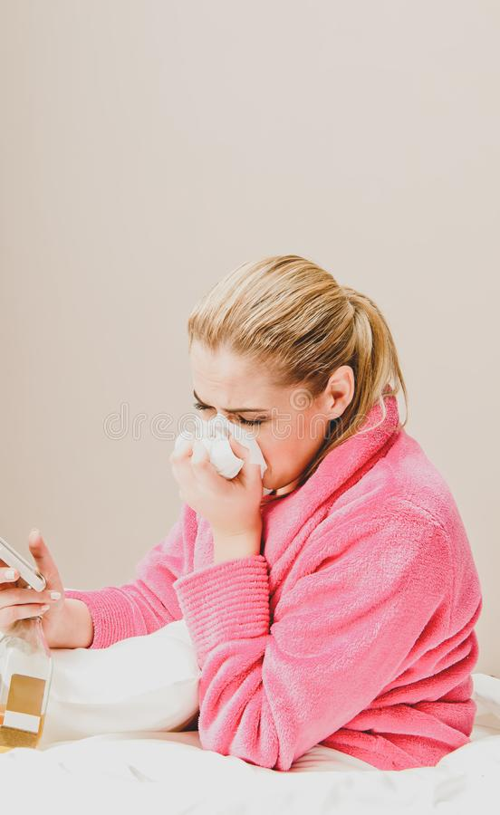 Mulher de grito deprimida foto de stock