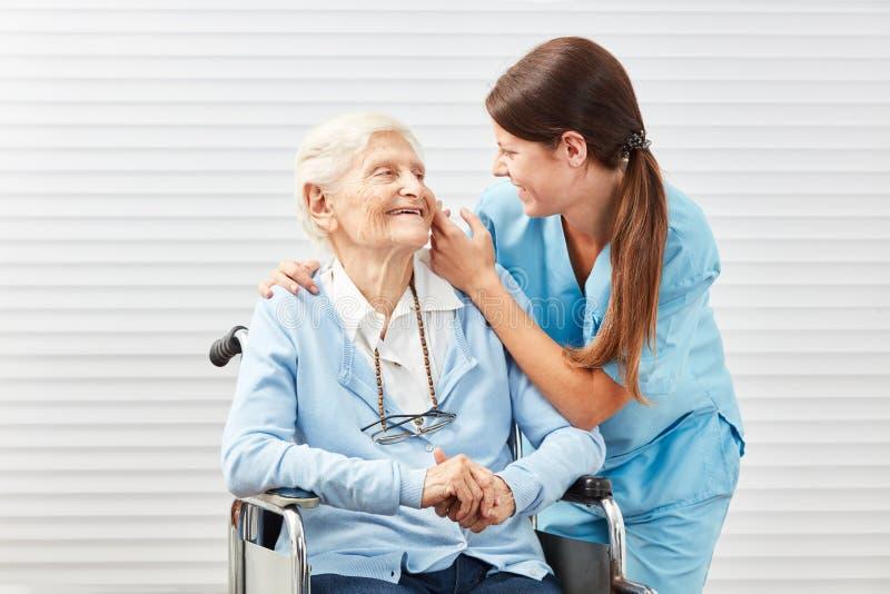 Mulher de inquietação do cuidado no cuidado idoso fotografia de stock