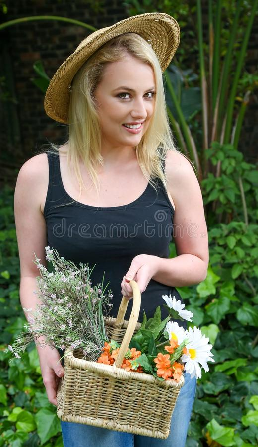 Mulher de jardinagem bonita com flores fotos de stock