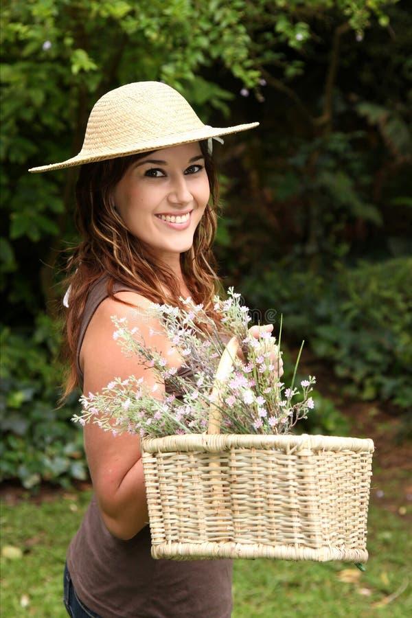 Mulher de jardinagem encantadora imagens de stock royalty free