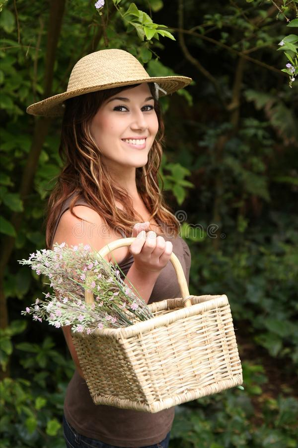 Mulher de jardinagem triguenha bonita foto de stock royalty free