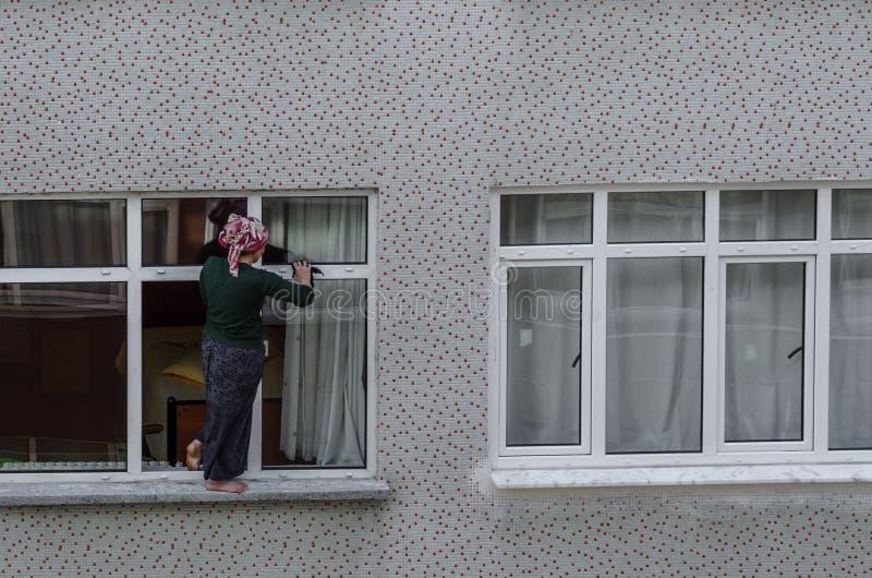 Mulher de limpeza da janela fotos de stock royalty free