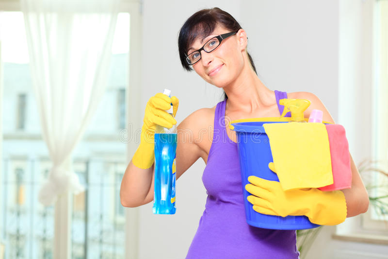 Mulher de limpeza do agregado familiar fotos de stock royalty free