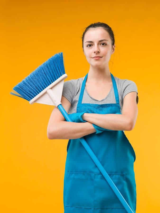 Mulher de limpeza feliz da casa fotos de stock royalty free