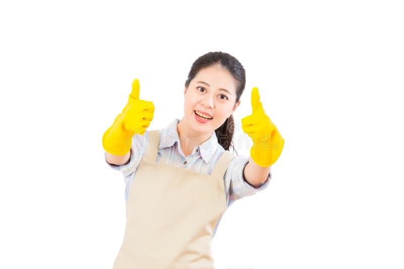 Mulher de limpeza que mostra os polegares acima foto de stock royalty free