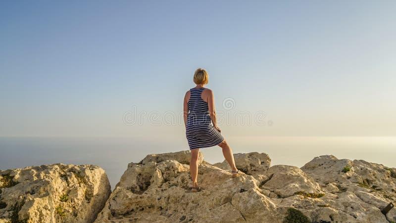 A mulher de meia idade olha na distância foto de stock