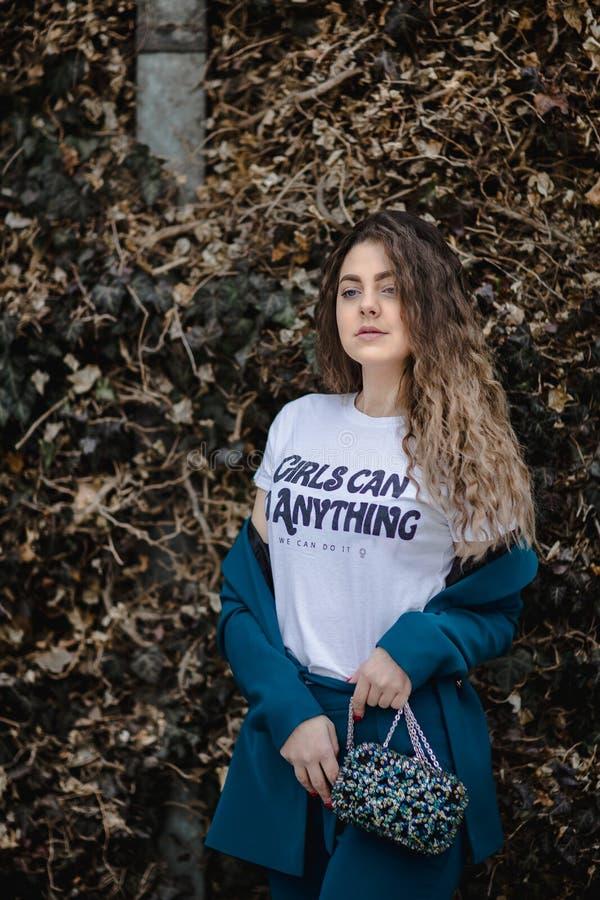 Mulher de moça branca pode fazer qualquer coisa impressa na camisa do pescoço da tripulação imagem de stock royalty free