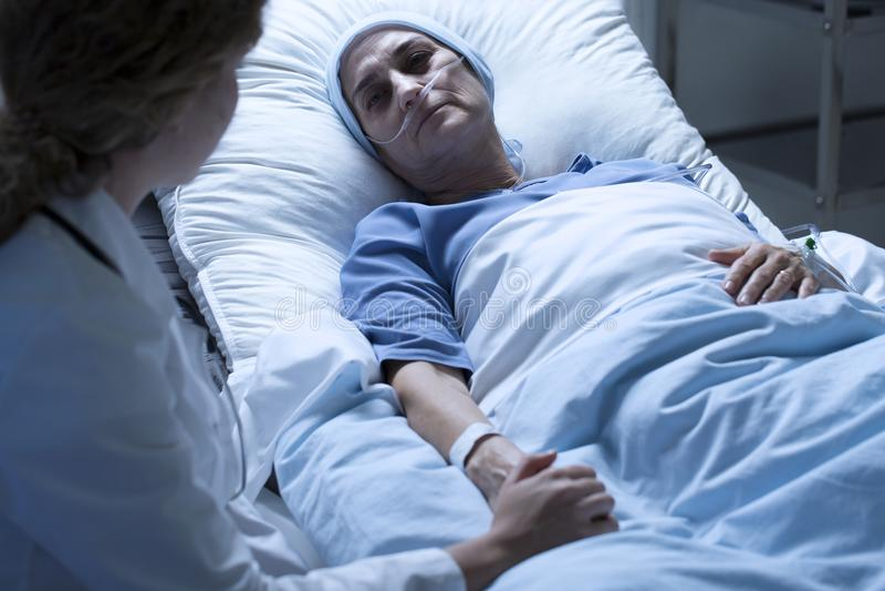 Mulher de morte com enfermeira foto de stock