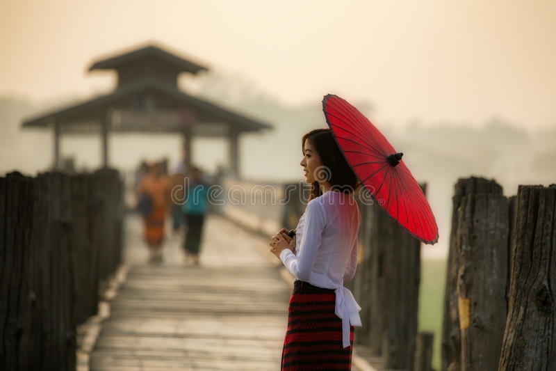Mulher de Myanmar no vestido tradicional de Myanmar imagens de stock royalty free