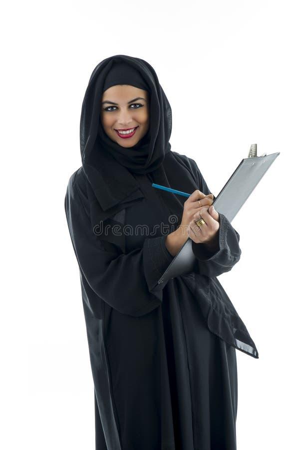Mulher de negócio árabe que mantém uma prancheta isolada imagem de stock