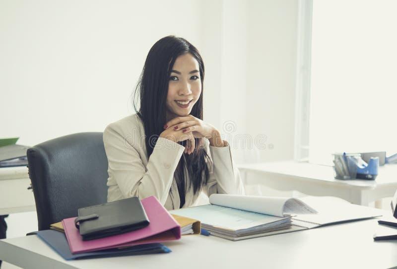 Mulher de negócio de Ásia que trabalha na mesa em seu escritório foto de stock royalty free