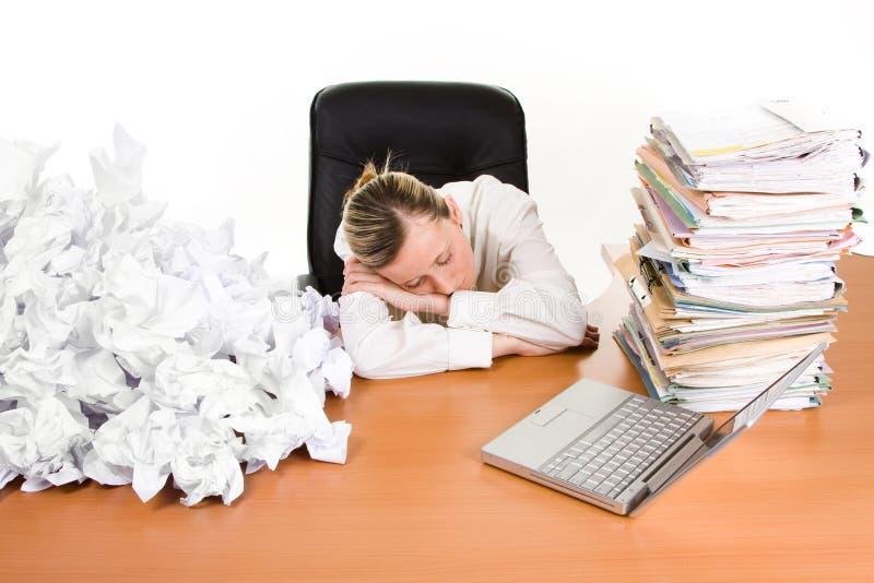 Mulher de negócio adormecida na mesa foto de stock