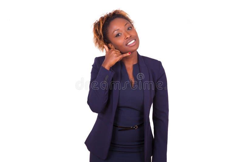 Mulher de negócio afro-americano que faz um sinal de telefonema com h foto de stock royalty free