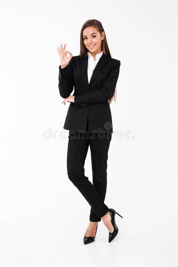 Mulher de negócio alegre que mostra o gesto aprovado fotografia de stock royalty free