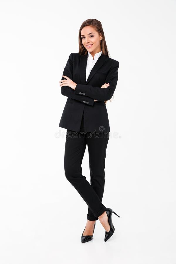 Mulher de negócio alegre surpreendente que está com os braços cruzados foto de stock