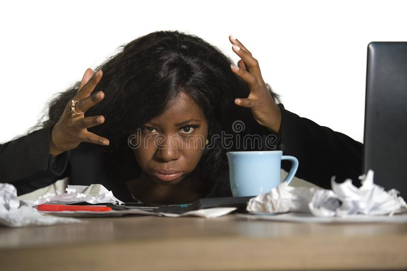 Mulher de negócio americana nova do africano negro irritado e virado que trabalha no esforço no sentimento da mesa do computador  fotos de stock