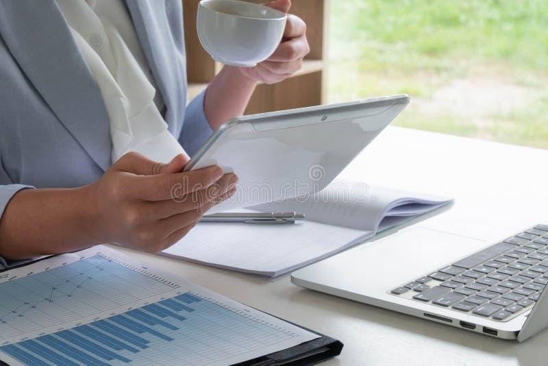 A mulher de negócio analisou a carta, ajustou alvos para o sucesso novo da gestão fotos de stock