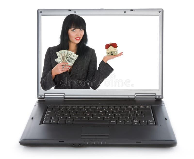 A mulher de negócio anuncia bens imobiliários fotos de stock royalty free