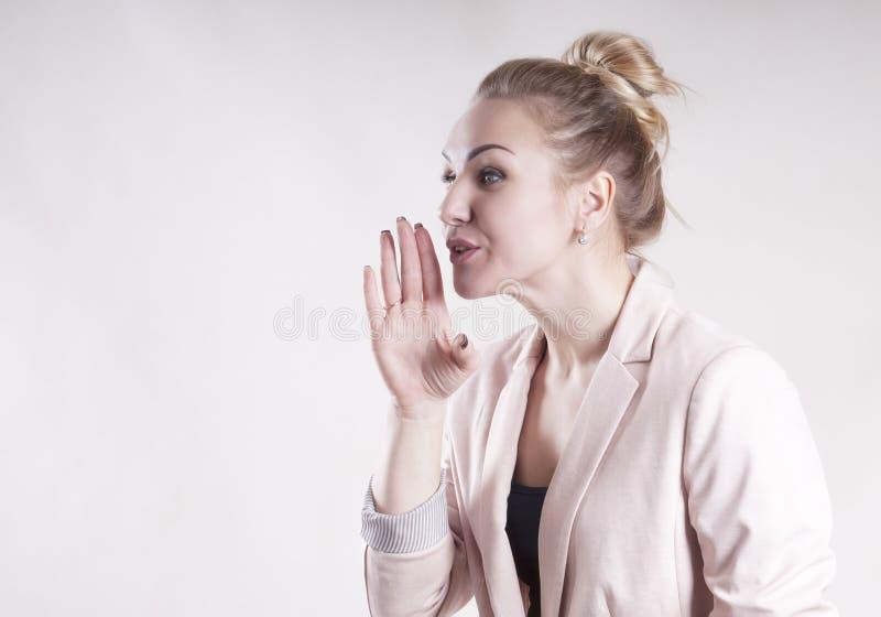 A mulher de negócio anuncia, diz, relata um retrato secreto fotos de stock royalty free
