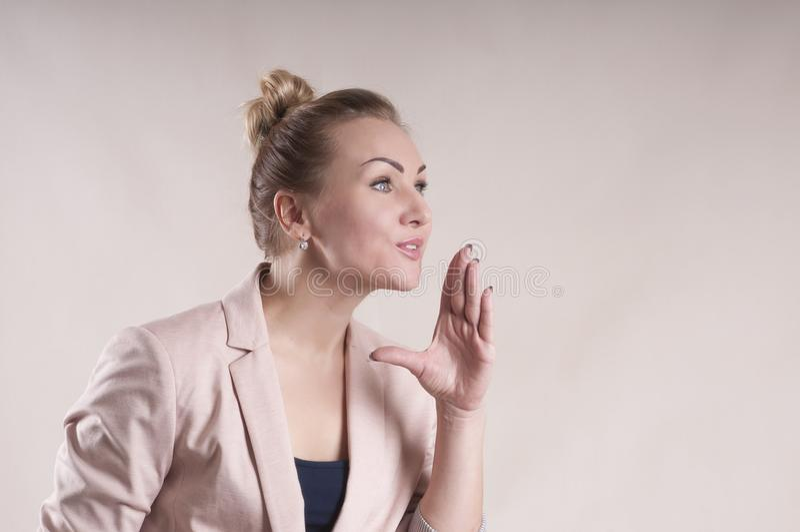 A mulher de negócio anuncia, diz, relata um segredo do gesto imagens de stock royalty free