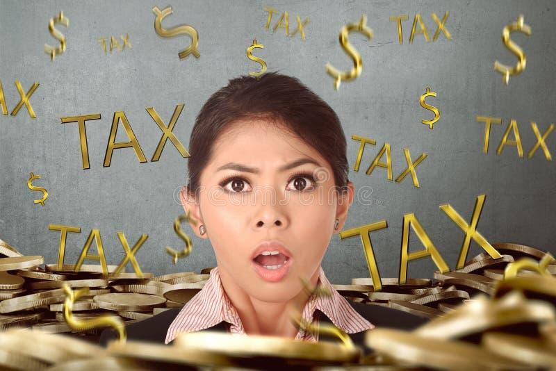 Mulher de negócio asiática bonita forçada devido ao pagamento de imposto imagem de stock