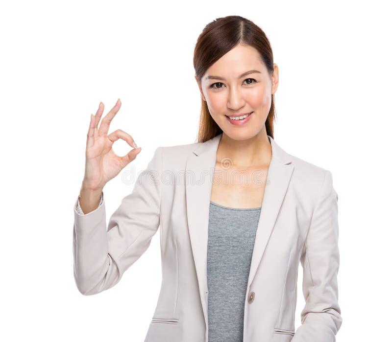 Mulher de negócio asiática com ação aprovada fotografia de stock