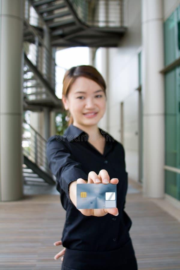 Mulher de negócio asiática com cartão de crédito fotografia de stock royalty free
