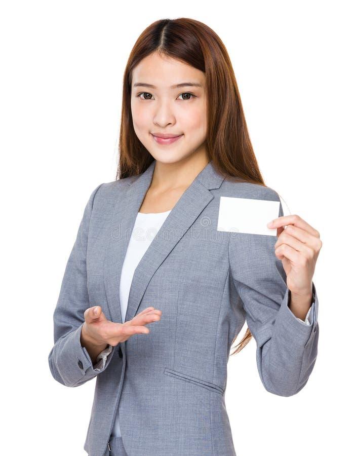 Mulher de negócio asiática com o cartão de nome vazio fotografia de stock