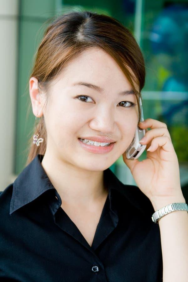 Mulher de negócio asiática com telefone imagem de stock