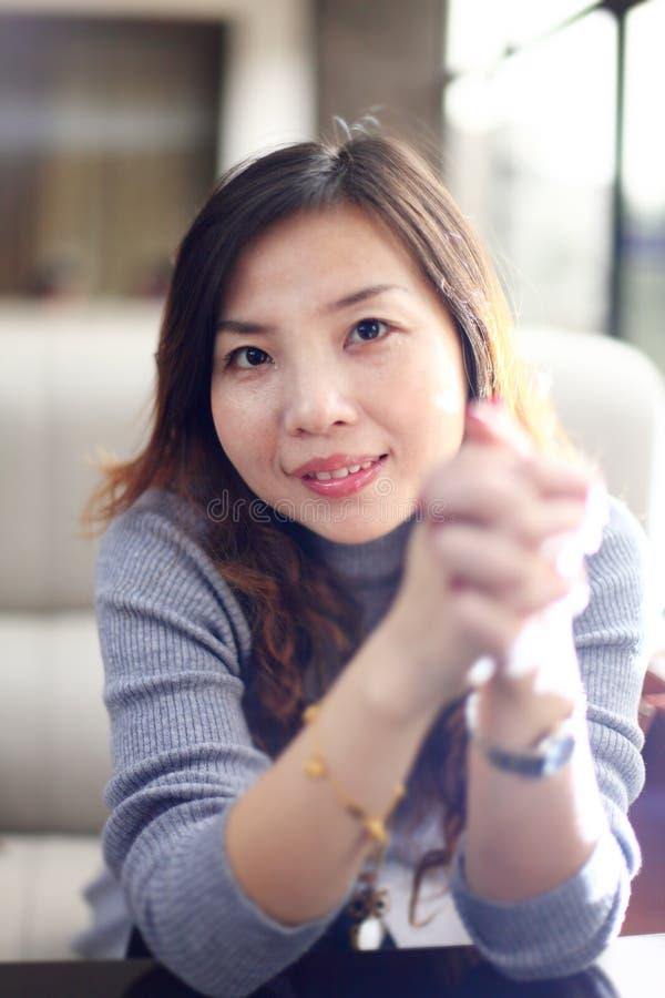 Mulher de negócio asiática de sorriso imagem de stock royalty free