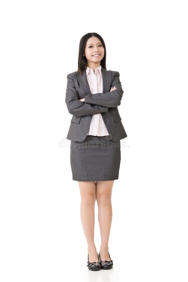 Mulher de negócio asiática de sorriso com braços cruzados foto de stock