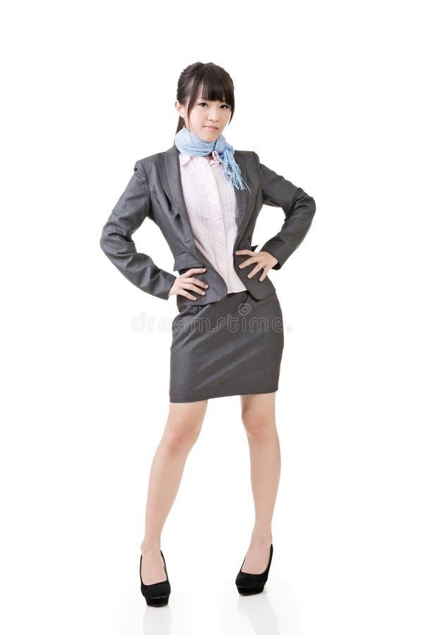 Mulher de negócio asiática de sorriso com braços cruzados imagem de stock royalty free