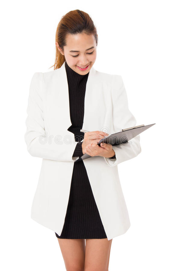 A mulher de negócio asiática escreve na prancheta fotografia de stock royalty free