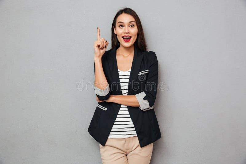 Mulher de negócio asiática feliz surpreendida que tem a ideia imagens de stock