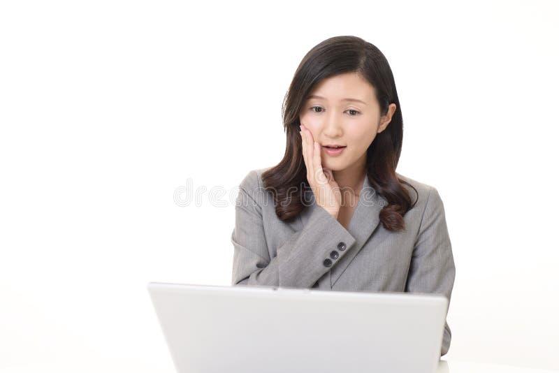 Mulher de negócio asiática inquieta foto de stock