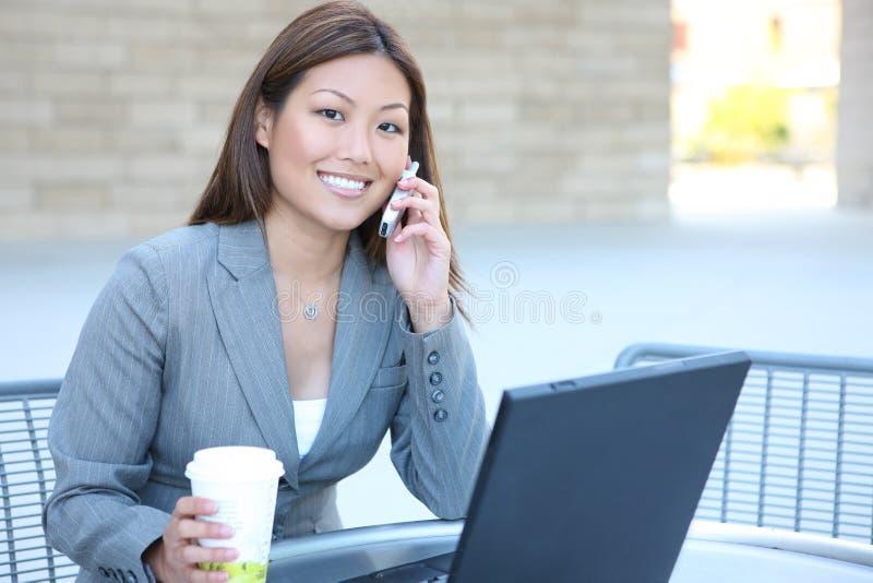 Mulher de negócio asiática no portátil fotos de stock royalty free