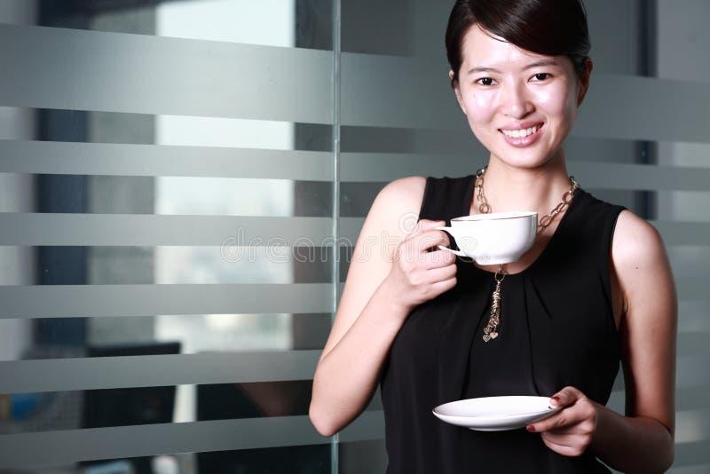 Mulher de negócio asiática nova com cofee imagem de stock