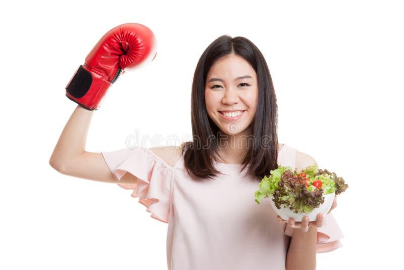 Mulher de negócio asiática nova com luva e salada de encaixotamento imagem de stock
