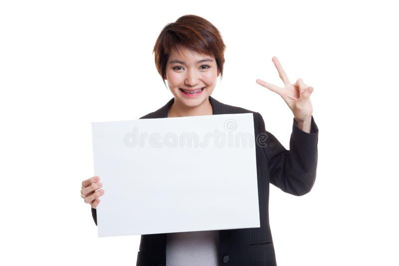Mulher de negócio asiática nova feliz com sinal vazio imagens de stock royalty free