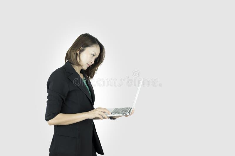 Mulher de negócio asiática que comemora gritar Mulher de negócios asiática que usa o laptop imagens de stock royalty free