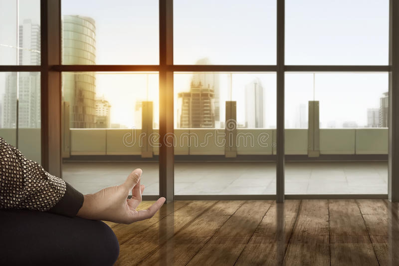 Mulher de negócio asiática que faz a ioga fotos de stock