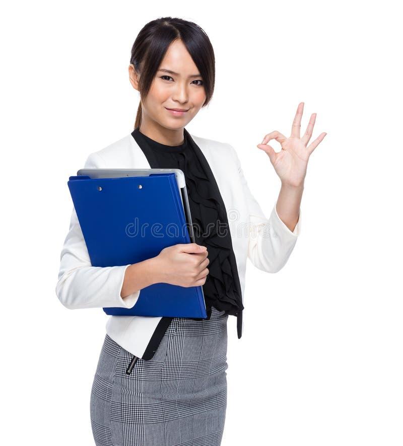 Mulher de negócio asiática que guarda a placa de microplaqueta com sinal aprovado foto de stock royalty free