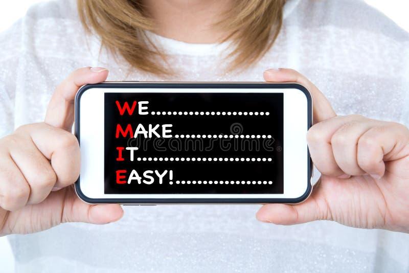 Mulher de negócio asiática que mostra o telefone celular com uma mensagem fotografia de stock