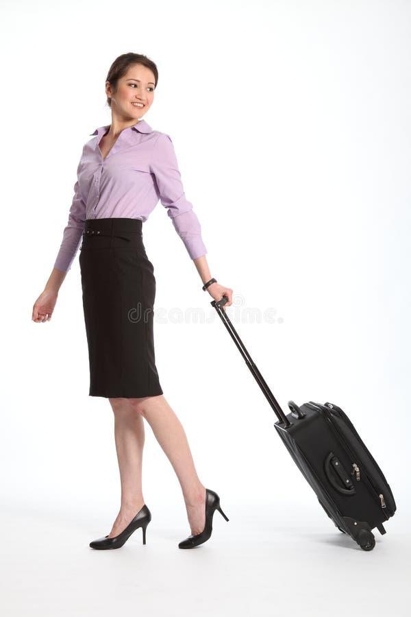 Mulher de negócio asiática que viaja com mala de viagem imagem de stock