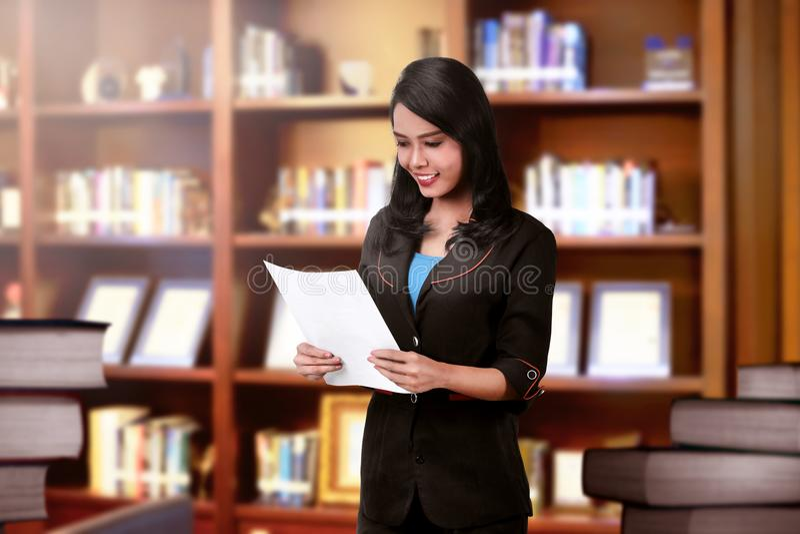 Mulher de negócio asiática de sorriso com documento foto de stock royalty free