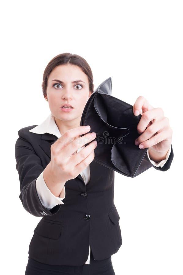 Mulher de negócio assustado e surpreendida que mostra a carteira vazia imagem de stock