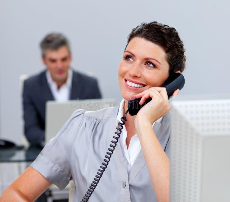 Download Mulher De Negócio Atrativa No Telefone Foto de Stock - Imagem de usar, anunciar: 12813724