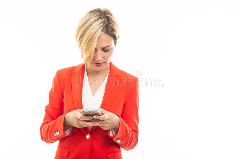 Mulher de negócio atrativa nova que texting no telefone celular fotografia de stock royalty free
