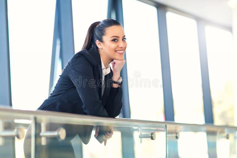Mulher de negócio atrativa que está no corredor foto de stock royalty free