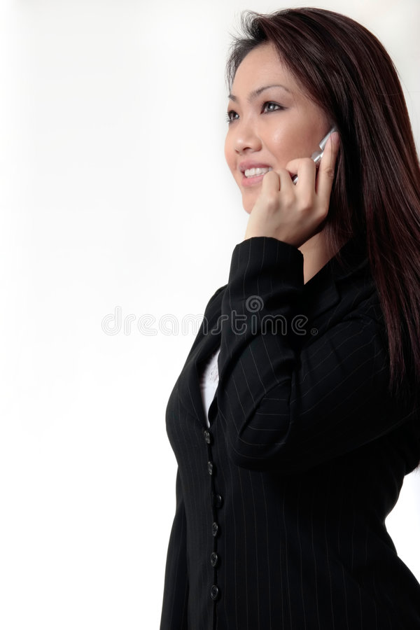 Mulher de negócio atrativa que fala no telefone de pilha foto de stock